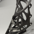 Equerre: design par optimisation topologique, fabrication additive par EBM titane.